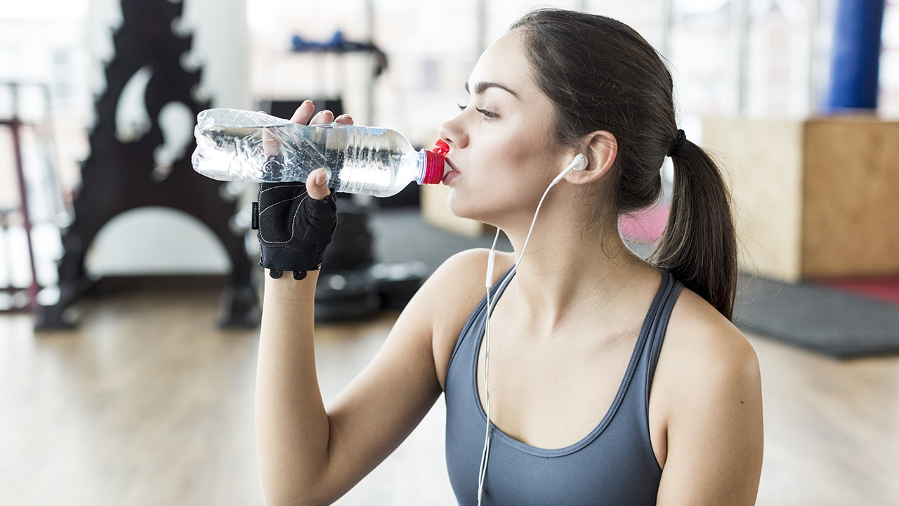 Mujer hidratándose con agua