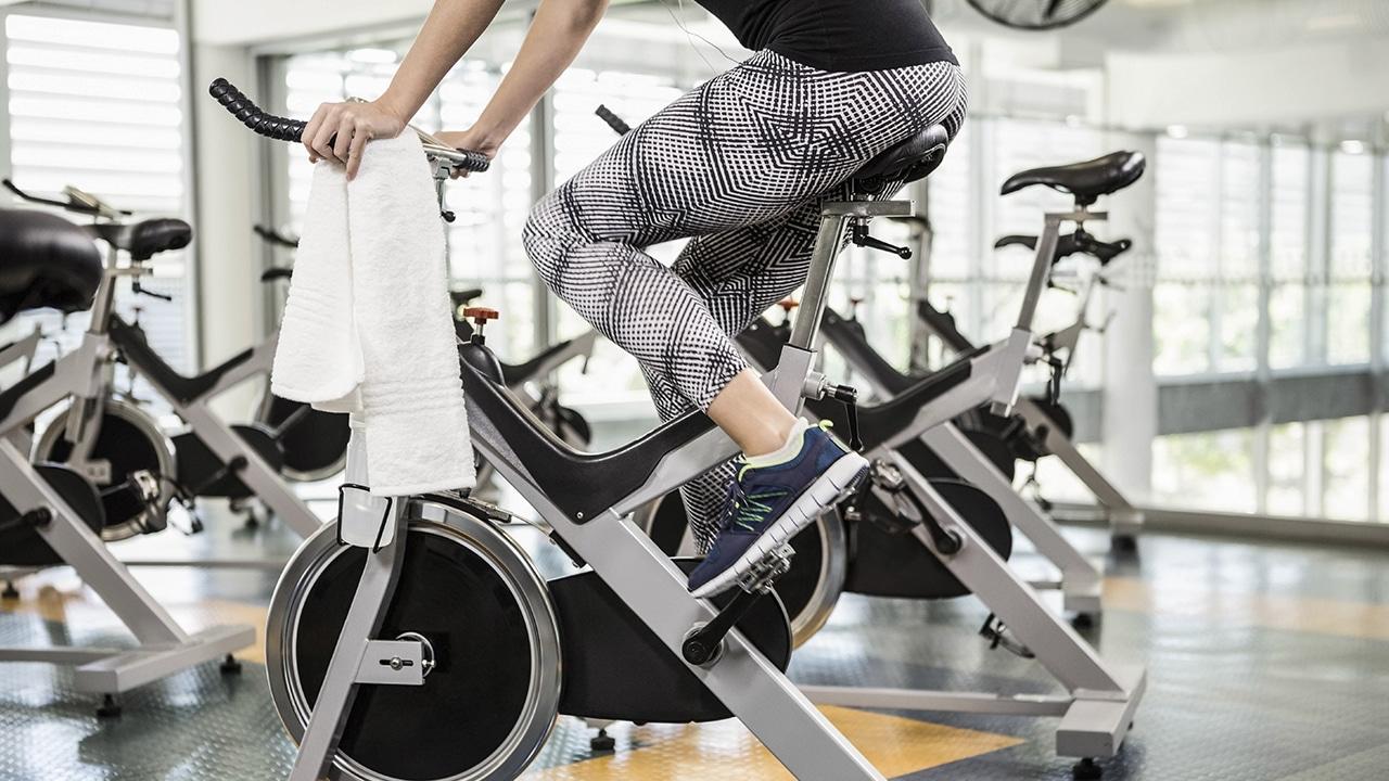 Realizando spinning en bicicleta estática