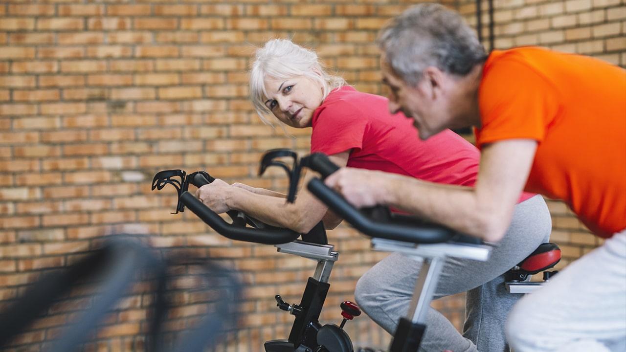 Spinning para todos: Practicando el ejercicio en bicicleta estática en mayores de edad